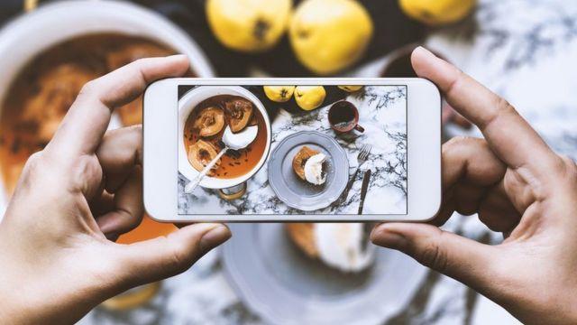 Tomando foto de comida con el celular