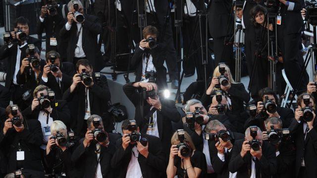 Fotografer mengambil gambar di karpet merah di Festival Film Cannes.
