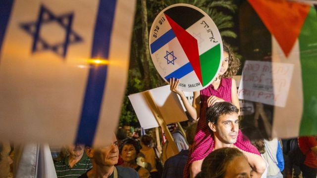 Amabendera ya Israel na Palestine mu rugendo rw'amahoro i Tel Aviv mu kw'icumi 2015