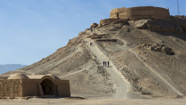 Menara Kebisuan, seperti yang ada di Yazd, Iran, tempat penganut Zoroaster meninggalkan jenazah kerabatnya untuk dimakan oleh burung bangkai.