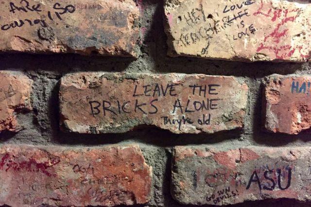 डब्लिन पब में ईंट की दीवार