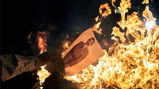 Прихильники руху за незалежність Каталонії спалюють фотографії іспанського короля Філіпа VI