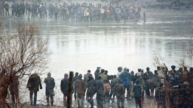 Azerbaycan ve İran Azerileri, 1990'da bölgedeki savaş sürerken Aras Nehri'nin iki kıyısında birbirine el sallıyor