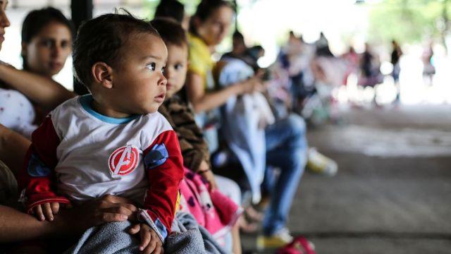 Bebê na fila para ser vacinado