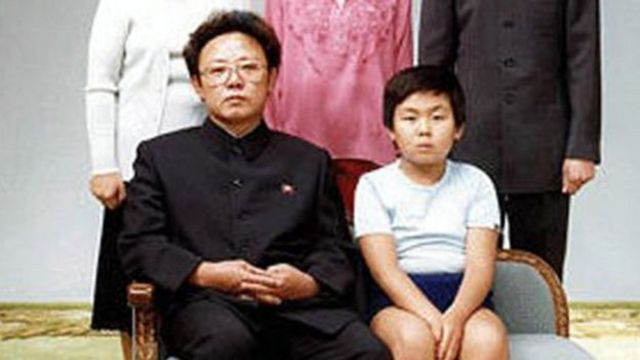 Ким Чен Нам атасы Ким Чен Ир менен бирге түшкөн сүрөт, 1981-жыл.
