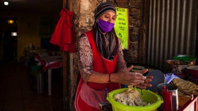 Mujer hace tortillas