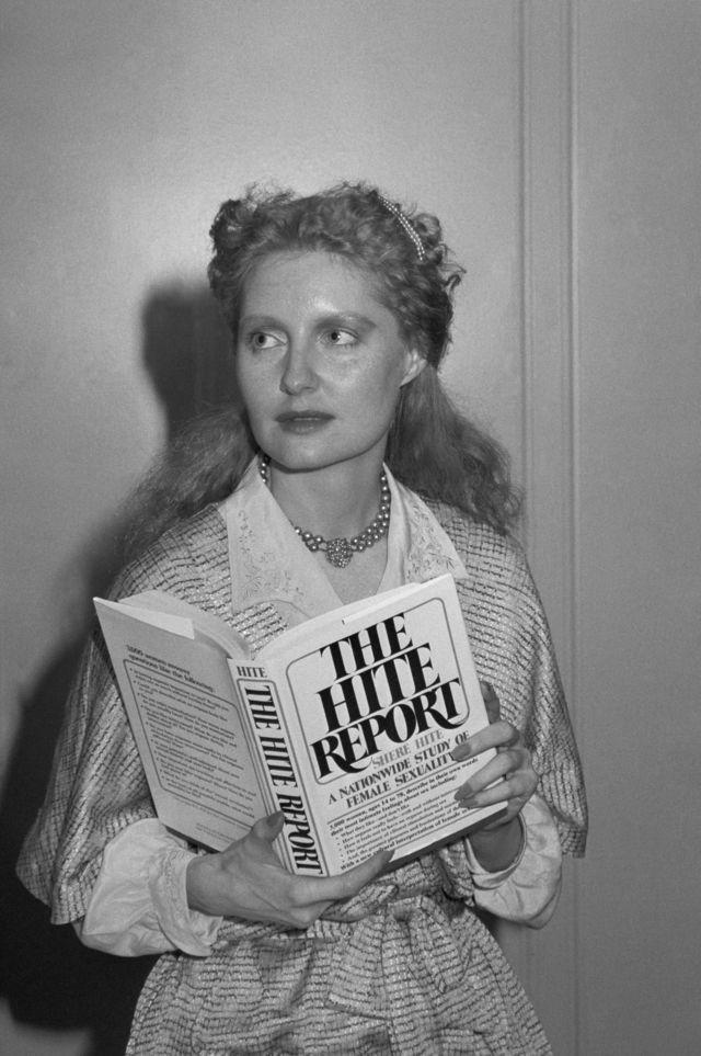 Shere Hite com seu livro