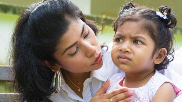Madre consolando a su hija