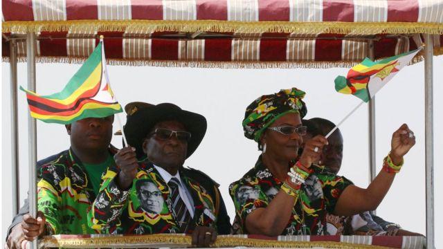 Rais Robert Mugabe na mkewe Grace wakiwasili katika mkutano wa kisiasa eneoi la Gweru, Zimbabwe -tarehe 1 Septemba 2017