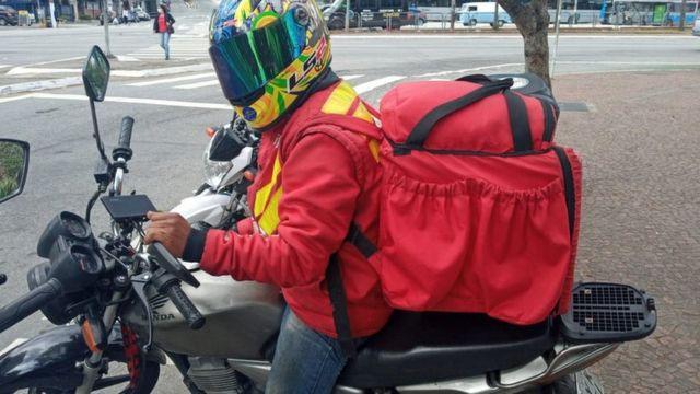 O motoboy Robson Silva, de capacete