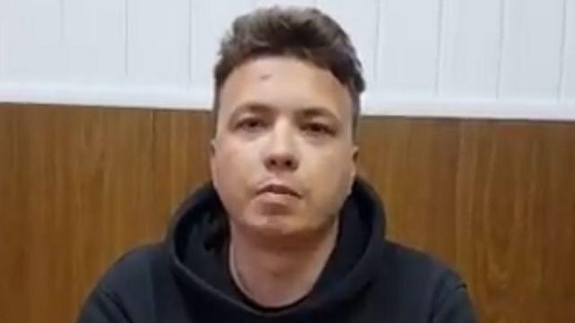 网上有一段视频流出,疑似是普罗塔塞维奇(上图)在明斯克机场被捕之后,被胁迫录影的片段。