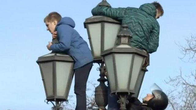 молодые люди на фонаре