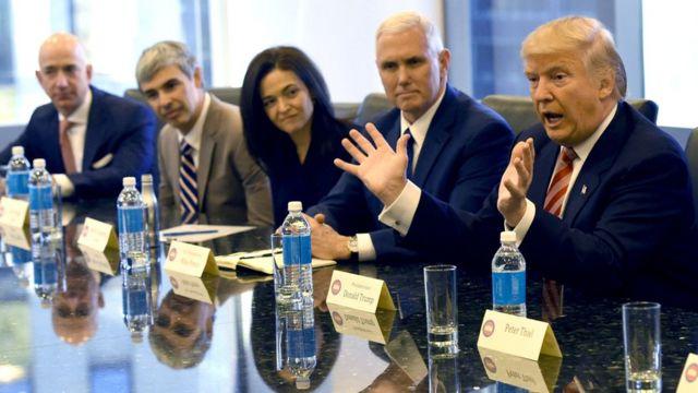 En la foto de izquierda a derecha: Jeff Bezos, Larry Page, Sheryl Sandberg, Mike Pence y el presidente Trump.