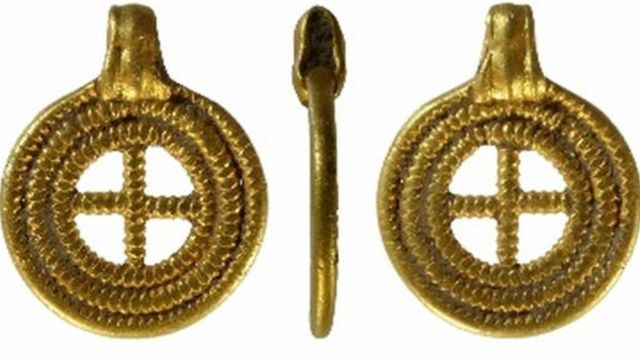 Anglo-Saxon gold pendant found in Norfolk declared treasure