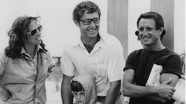 """Peter Benchley (Mitte) mit seiner Frau Wendy und dem Schauspieler Roy Scheider am Set von """"Hai"""""""