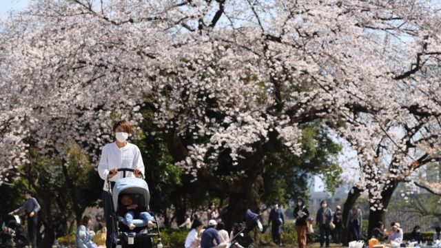 日本では多くの女性が出産と共にキャリアの道から外れ、昇進の道を断たれる