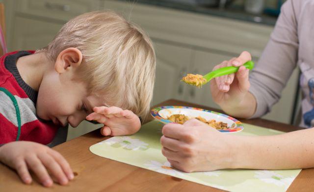 Niño que rechaza una comida