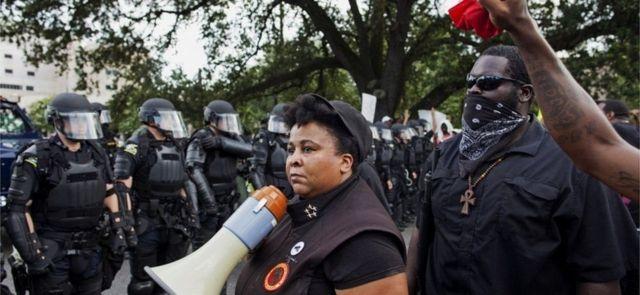 Membros do novo movimento das Panteras Negras enfrentam a polícia em Baton Rouge