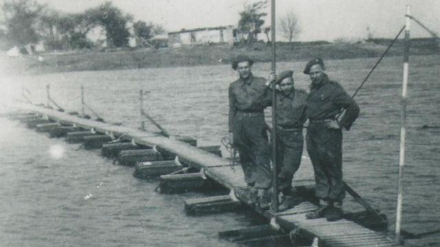 Soldados sobre el puente que Jorge Sanjinez ayudó a construir.