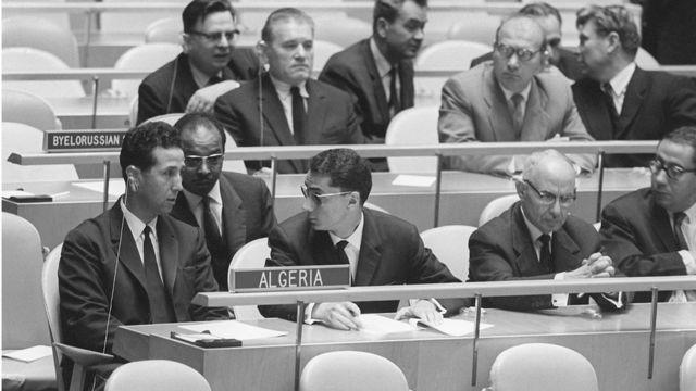Шесть лет спустя Ахмед бен Белла (слева) представлял независимый Алжир в Организации Объединенных Наций