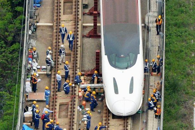 14日夜の揺れで脱線した新幹線の回送車両を線路に戻す作業が続く