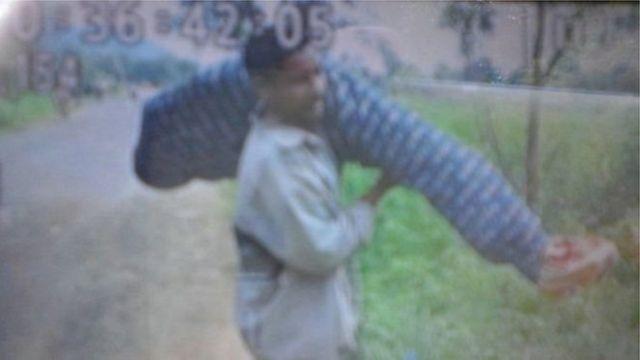 ভারতেরই ওড়িশা রাজ্যে স্ত্রীর মৃতদেহ কাঁধে করে বয়ে নিয়ে ১০ কিলোমিটার পথ পাড়ি দিতে হয়েছিল এক ব্যক্তি