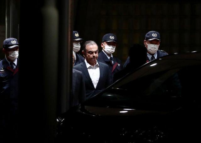 카를로스 곤 전 닛산 회장은 보수를 축소 신고한 혐의 등으로 일본 검찰에 체포되며 자리에서 물러났다