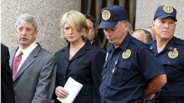 Martha Stewart (centro), una ejecutiva, escritora y personalidad de TV, cuando fue sentenciada en Manhattan en 2004