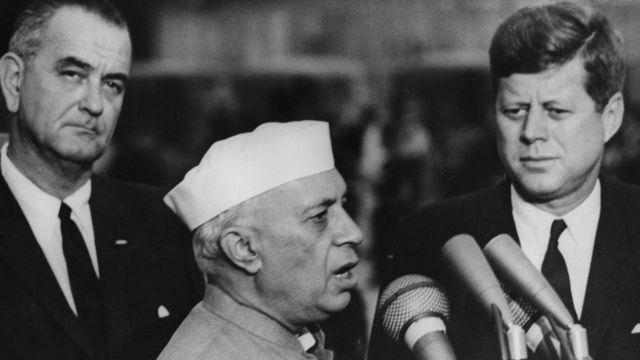 Phó Tổng thống Hoa Kỳ Lyndon Johnson (trái) và Tổng thống JF Kennedy (phải) đón Thủ tướng Nehru của Ấn Độ thăm Hoa Kỳ