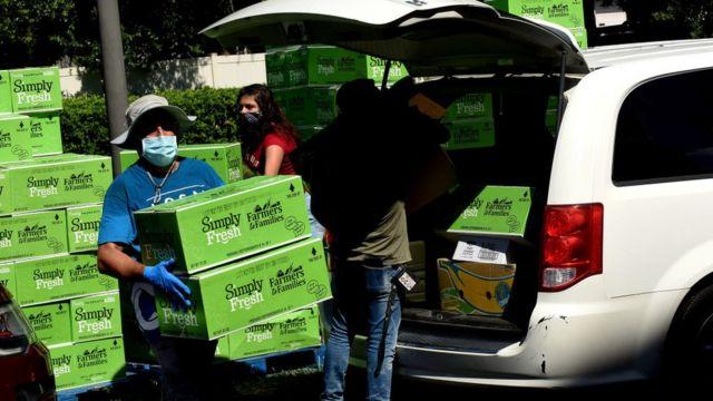 Distribuição de alimentos gratuitos para o coronavírus