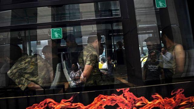 15 iyul dövlət çevrilişinə cəhddən sonra saxlanılmış hərbçilər İstanbul Ədliyyə Sarayına aparılır