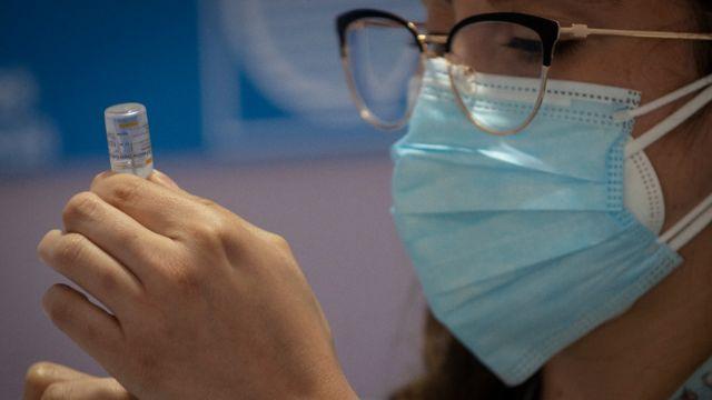 Enfermera a punto de administrar una vacuna contra la covid-19