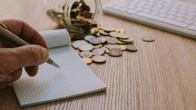 moedas e papel de anotações