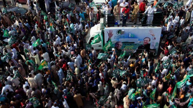 احتشد آلاف من مؤيدي شريف في مسيرة بلاهور لاستقباله.