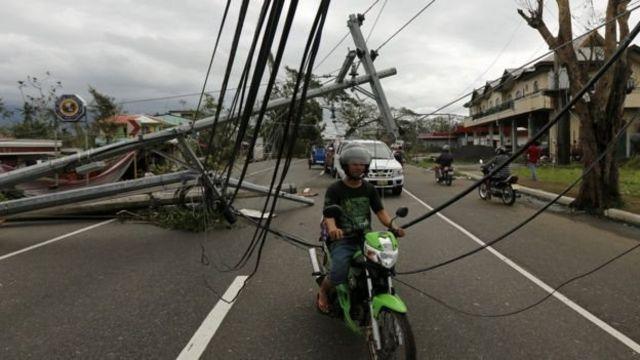 تسبب الاعصار في قطع اسلاك الكهرباء وسقوط الاشجار