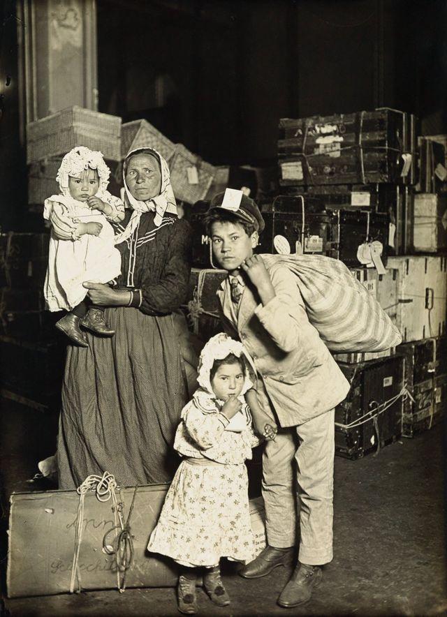 Семья итальянских иммигрантов ожидает багажа на острове Эллис, 1905 год