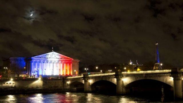 フランス国旗の三色にライトアップされた国民議会とエッフェル塔