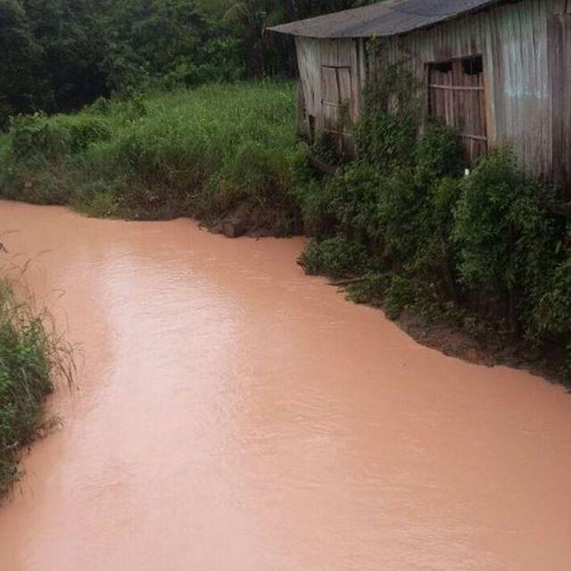 Igarapé do Dendê coberto por lama