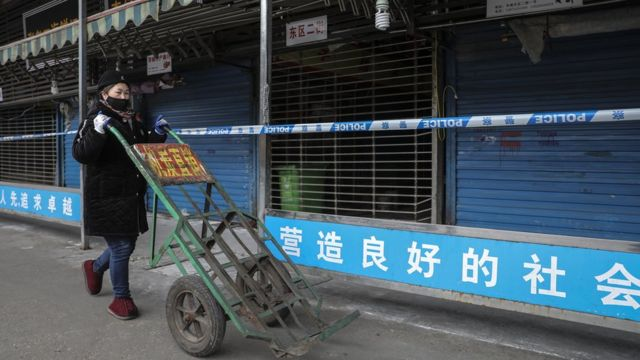 Salgının ortaya çıkmasının ardından Wuhan'daki Huanan balık pazarı kapatıldı.