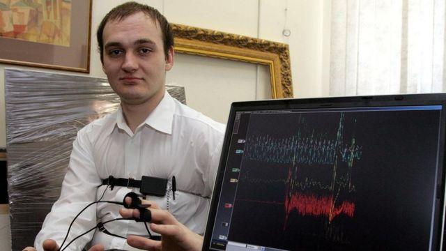 شاب يخوض اختبار كشف الكذب في موسكو عام 2007