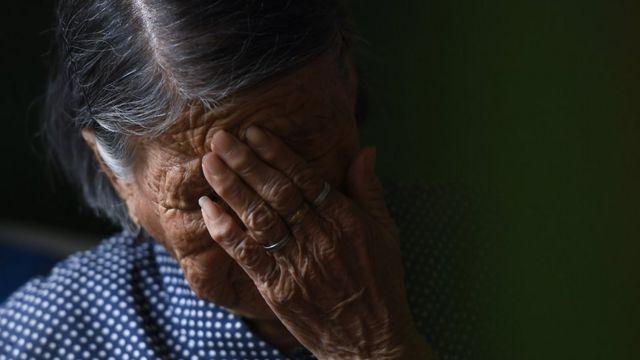"""8月15日,山西省清徐縣,九十歲高齡的""""慰安婦""""倖存者郝月連在家中控訴日軍性侵罪行,她是該省僅存的6名""""慰安婦""""倖存者之一。"""