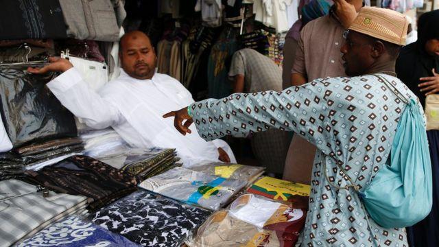 L'achat de présents à la famille au pays est le passage obligé pour tous les fidèles.