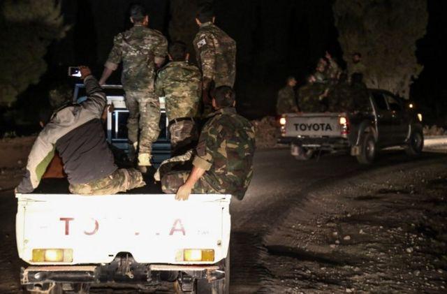 İdlib operasyonunda görevli Suriyeli muhalifler Türkiye-Suriye sınırında ilerlerken