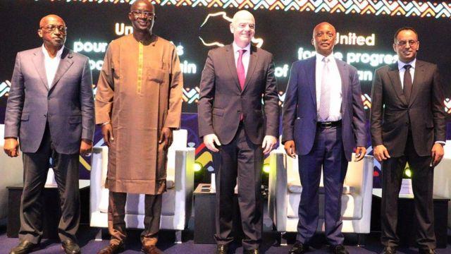 Gianni Infantino, le président de la FIFA, au milieux des quatre candidats à Nouakchott.