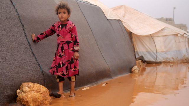 طفلة سورية من مخيم ضياء قرب الحدود التركية