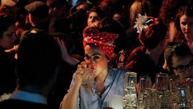 Mulher em bar