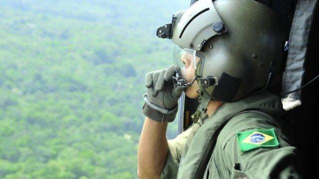 Soldado sobrevoa área amazônica