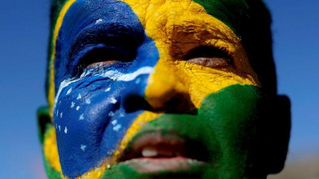 Homem com rosto pintado com a bandeira do Brasil durante manifestação a favor da operação Lava-Jato e do ministro Sergio Moro em junho