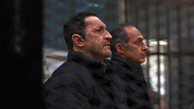 Alaa Mubarack (à gauche) et Gamal Mubarak au tribunal lors de l'énoncé du verdict le 22 février 2020
