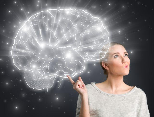 Imagem mostra mulher com um dedo levantado junto à ilustração de um cérebro iluminado